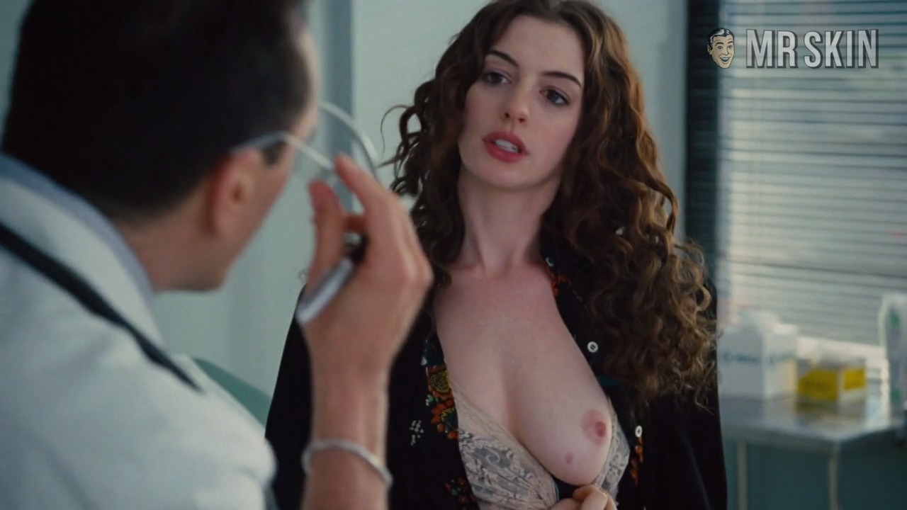 Anne hathaway show tits in move